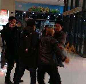 朱之文被警察带走 演员奇道悲催了在北京大悦城遭毒打 之后被警察带走