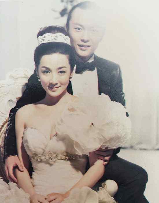 谢苗老婆 谢苗晒与妻子甜蜜婚纱照 幸福地偎依在一起